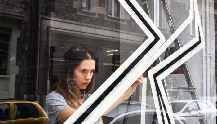 Cecile Kaiflyn en préparation de son oeuvre sur vitre