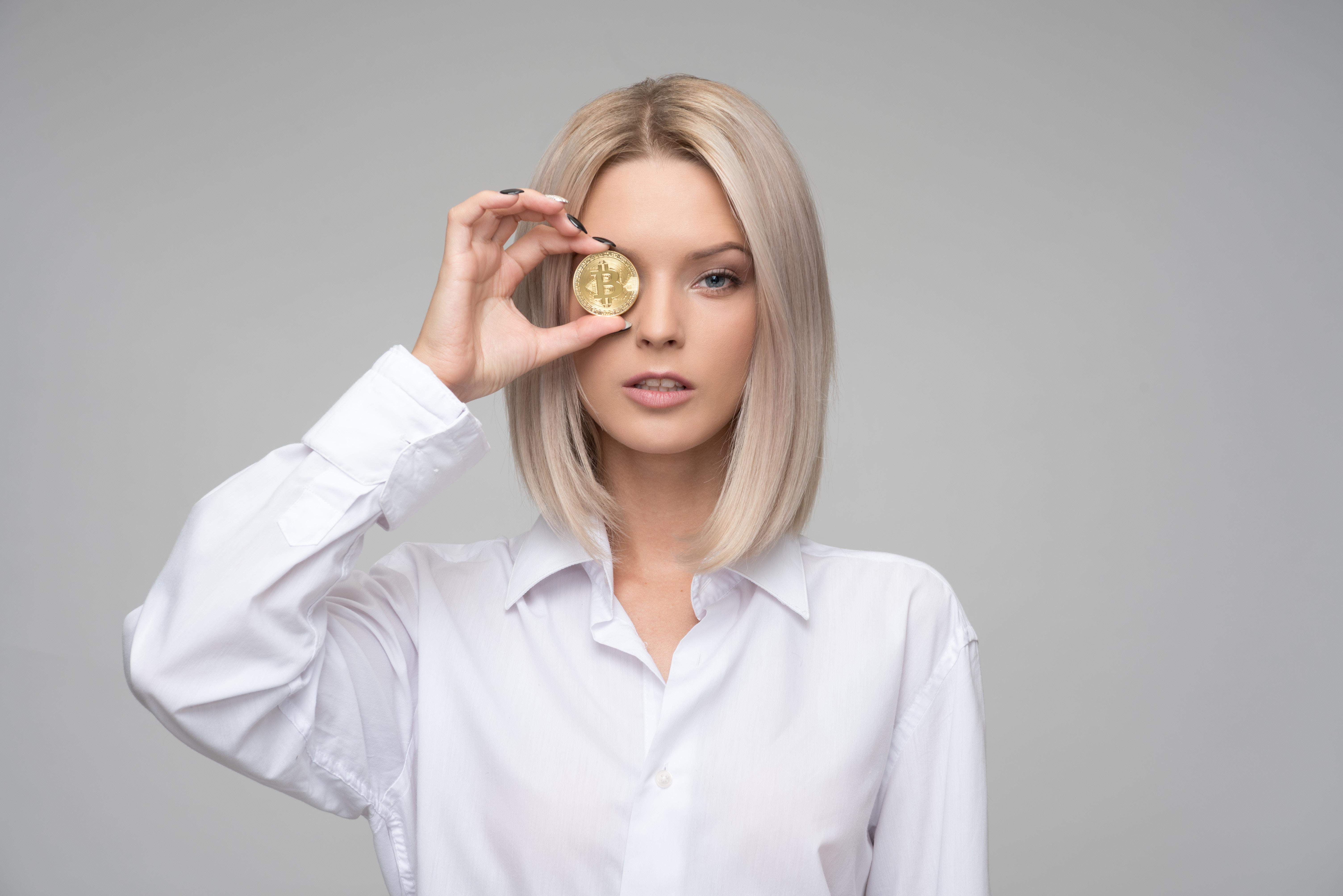 Une femme avec un bitcoin