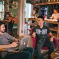 Deux coworker discute dans l'espace de coworking