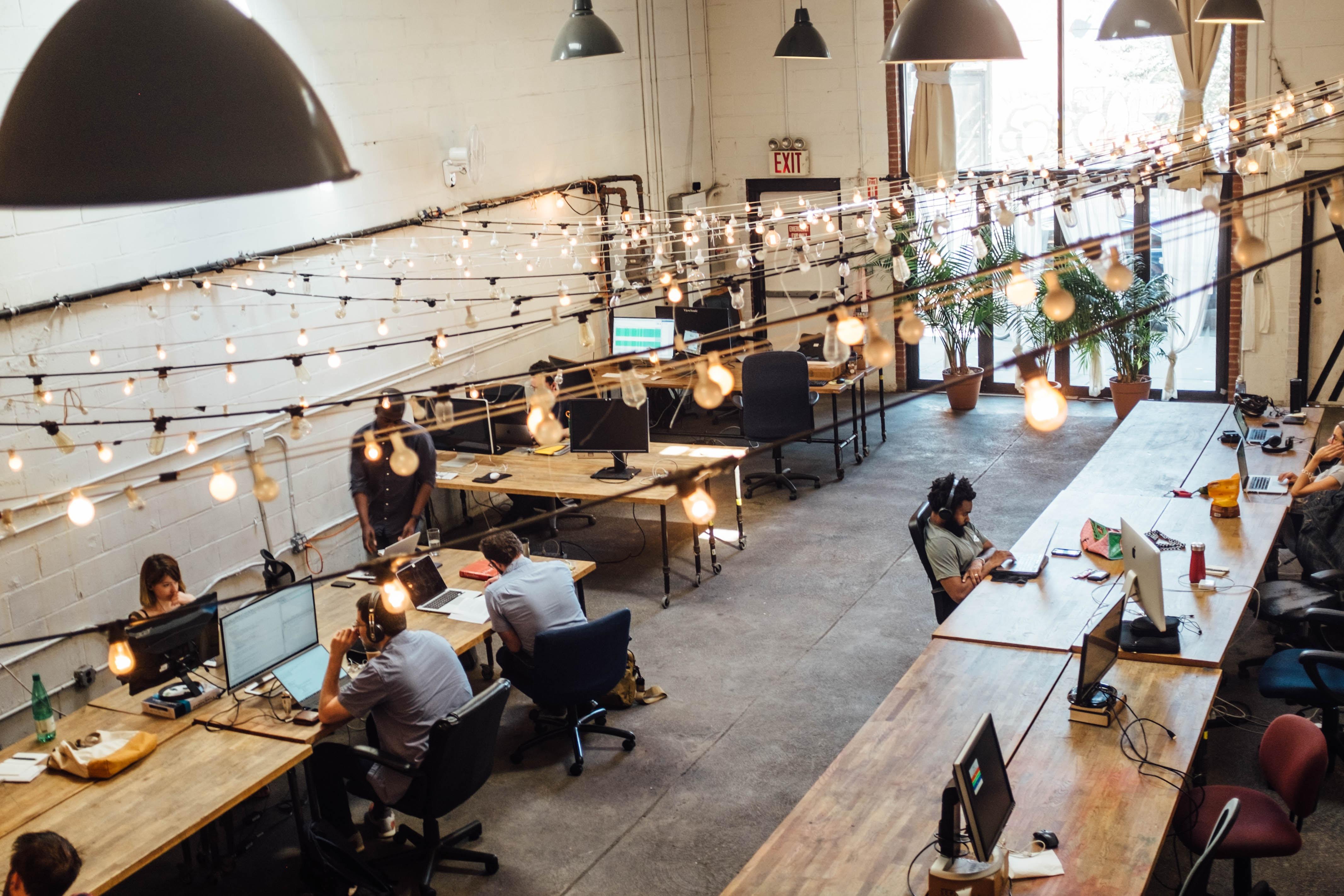 Espace de coworking avec du monde