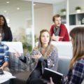 De retour au travail, des employés font une réunion